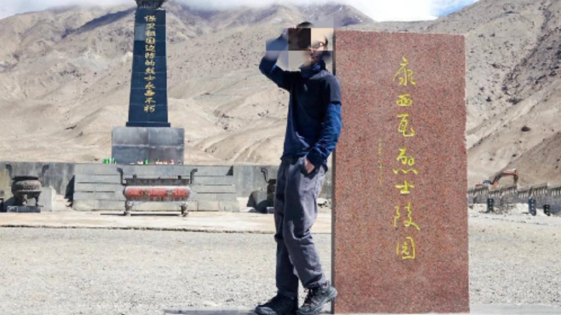 旅行博主戍边英豪石碑旁摆拍