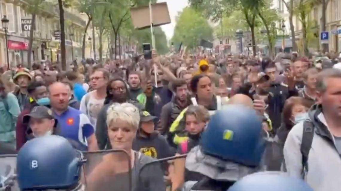 法国国庆日爆发反疫苗抗议