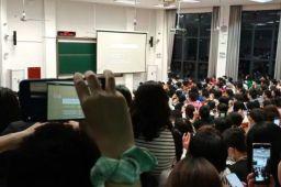 武大学生趴窗听课